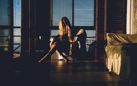 Картинка девушка, комната, окно, блондинка, сидит