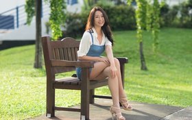 Картинка лето, девушка, скамейка, лицо, улыбка, ножки