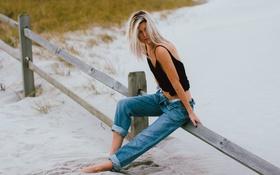 Картинка песок, пляж, девушка, джинсы