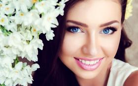 Картинка цветы, лицо, улыбка, макияж, брюнетка, прическа, красотка