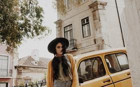 Картинка машина, девушка, улица, шляпа, актриса, vanessa hudgens