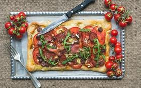 Обои сыр, нож, вилка, пицца, помидоры, колбаса, бекон