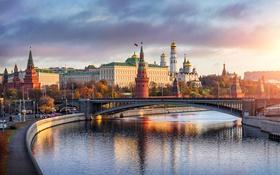 Обои дорога, закат, мост, река, Москва, храм, набережная