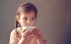 Обои девочка, молоко, чашка