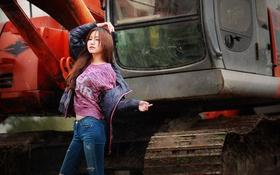 Картинка девушка, лицо, волосы, джинсы, техника, куртка, экскаватор