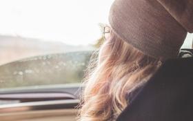 Картинка шапка, очки, блондинка, локоны