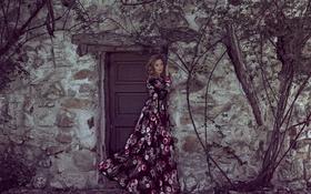 Обои девушка, лицо, дом, стена, волосы, платье, дверь