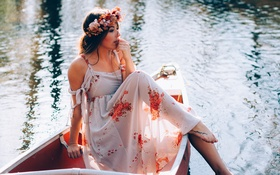 Картинка девушка, поза, лодка, брюнетка, венок