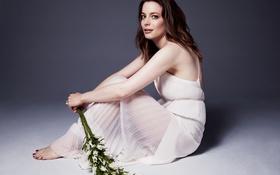 Картинка цветы, макияж, платье, актриса, прическа, шатенка, сидит