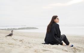 Картинка песок, пляж, брюнетка, певица, Елена Темникова