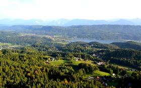 Обои деревья, горы, озеро, поля, панорама, домики, леса