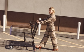 Картинка актриса, блондинка, фотограф, костюм, тележка, Chloe Moretz, Хлоя Морец