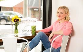 Картинка цветы, джинсы, актриса, прическа, блондинка, фотограф, кофта