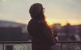 Картинка девушка, закат, шапка, кофе, очки, локоны