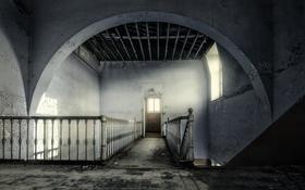 Обои стены, дверь, лестница