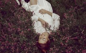 Обои трава, девушка, лицо, улыбка, волосы, лежит