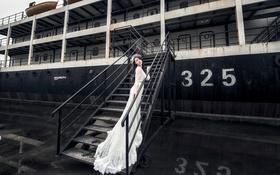 Обои белое платье, корабль, девушка