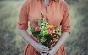 Обои девушка, цветы, букет, платье