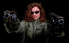 Картинка девушка, лицо, волосы, пистолеты, очки, куртка
