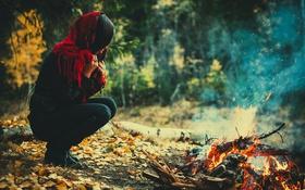 Обои пламя, костёр, жар, девушка, осень