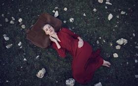 Обои трава, девушка, платье, лежит, чемодан