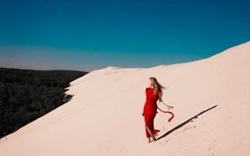 Картинка песок, девушка, красное платье