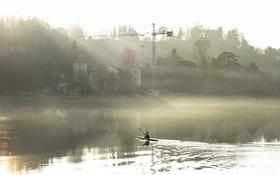 Обои город, туман, река, лодка, утро