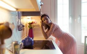 Обои лицо, поза, волосы, мысли, Девушка, платье, кухня