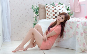 Картинка девушка, лицо, волосы, кровать, ножки, сидит