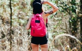 Картинка девушка, шорты, татуировка, рюкзак