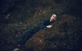 Обои лежит, камень, лицо, девушка, трава