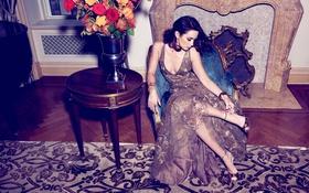 Картинка цветы, комната, интерьер, кресло, платье, актриса, брюнетка