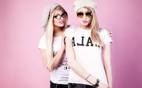 Картинка фон, девушки, шапка, две, макияж, очки, футболка
