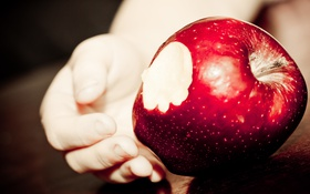 Обои макро, яблоко, рука