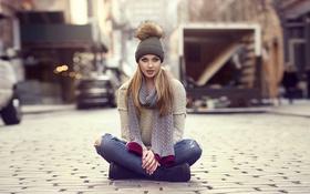Картинка девушка, фото, шапка, джинсы, брусчатка, шарф, блондинка
