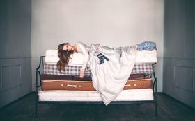 Обои девушка, кровать, чемоданы, Alexandra Cameron, Petit Pois, Ella Mcneil