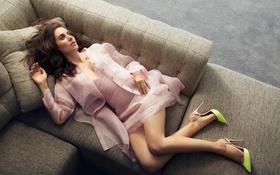 Картинка поза, подушки, фигура, актриса, туфли, лежит, шатенка