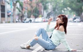 Обои девушка, поза, улица, джинсы, конфета