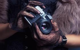 Картинка девушка, руки, фотоаппарат, перчатки, мех