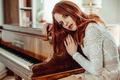 Картинка глаза, девушка, лицо, волосы, губы, рыжая, пианино