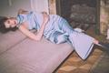 Картинка модель, платье, брюнетка, прическа, фотограф, дрова, лежит