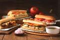 Картинка лук, мясо, помидоры, соус, бутерброды