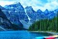 Картинка лес, деревья, горы, озеро, скалы, берег, лодки
