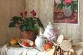 Картинка яблоки, картина, посуда, натюрморт, цикламен, хлебцы