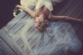 Картинка платье, лежит, фата, свадебное, девушка. блондинка