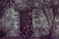 Картинка девушка, лицо, дом, стена, волосы, платье, дверь