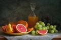 Картинка натюрморт, апельсин, грейпфрут, сок, виноград, цитрусы