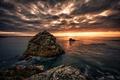 Картинка море, облака, закат, камни, берег, горизонт