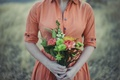 Картинка девушка, цветы, букет, платье