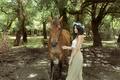 Картинка лошадь, брюнетка, венок